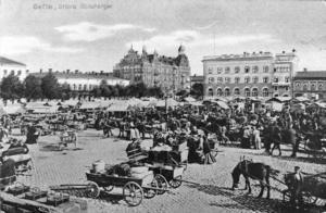 30 år efter branden hade staden börjat blomstra. Här ett myller av invånare på Stortorget. Reprofoto E Jäderberg efter vykort ägt av Per Mattsson, Gävle.