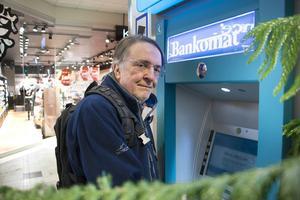 Göran Löthman har blivit en flitig bankomatbesökare sedan han slutade använda kort – hans sätt att protestera mot att allt fler affärer infört kontantstopp.