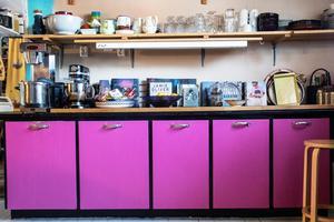 Köket är färgsprakande och trevligt.