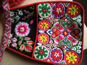 Kjolsäcken är både vackrare och mer praktisk än handväskan. Foto: Christina Nilsson.