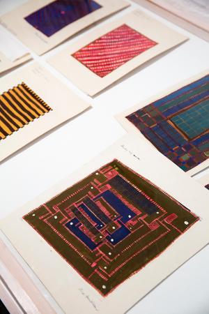 Några av Vera Danielssons mattskisser. Frida Lindberg efterlyser information om konstnären, då mycket lite finns registrerat om henne i Alice Lunds arkiv.