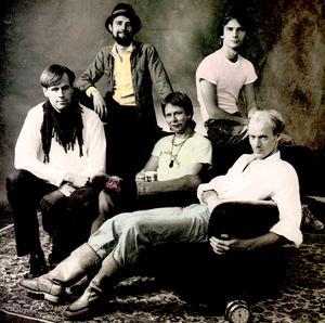 """Baksidesbilden på Friskt vattens sista LP """"Lee Highway"""" från 1982 med musikerna: (överst från vänster) Pelle Ahnlund och Stefan Lidström. Nedre raden från vänster: Erik Hansson, Göran Wiklund och Håkan Wannerberg. Foto: Johan Fowelin"""