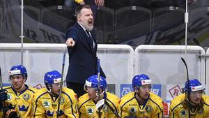 Tre Kronors förbundskapten Rikard Grönborg domderade i vanlig ordning från det svenska båset. Under torsdagskvällen fick han dock åtnjuta en 3–1-seger mot Tjeckien. Foto:  Anders Wiklund/TT