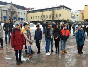 Många elever hade samlats på torget för att följa Greta Thunbergs exempel.