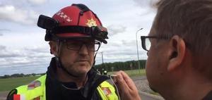Styrkeledare Per-Eric Goth intervjuas av tidningens Jerry Brodin vid olycksplatsen.