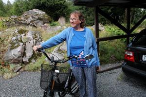 Anna-Lena Meijer med sin egen cykel som hon använder flera gånger i veckan.