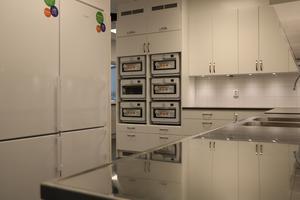 Köket för medarbetarna hos räddningstjänsten. Varje skift har ett kylskåp.