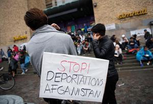 Ensamkommande asylsökande och nätverket Ung i Sverige manifesterar på Södermalm i Stockholm. Foto: Henrik Montgomery / TT