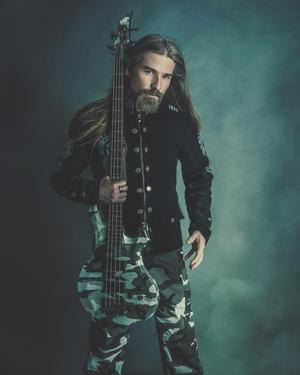 Pär Sundström spelar bas i Sabaton och har varit med sedan bandet bildades 1999. Foto: Pressbild.