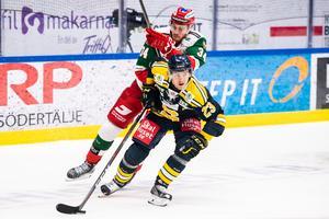 Moras Oscar Eklind och Södertäljes Bobbo Petersson i en duell.Foto: Maxim Thoré / Bildbyrån