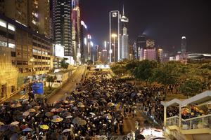 Protesterande personer i Hong Kong, söndag 4 augusti. Foto: AP Photo / Vincent Thian.