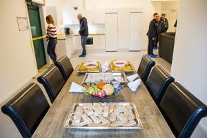 På invigningen av det nya bygget bjöds det på mackor och nachos med dipp. Även bubbel stod redo för gästerna.