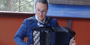 Dragspelsvirtuosen David Wahlén värmer upp. Foto: Hans Jonsson
