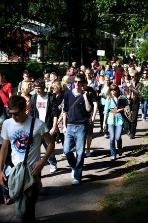Studenter på väg till första dagen på Högskolan.