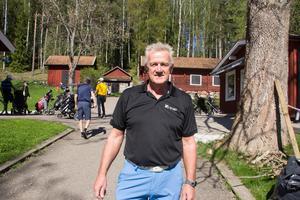 Golfklubbens ordförande Bernth Samuelsson släppte inte ut någon på banan före klockan 15 i onsdags. Han fick hoppa in på kansliet när personalen var i Spanien och spelade golf.