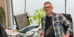 Så här ser Peter Lindqvist ut en vanlig jobbdag vid sitt skrivbord på Fagersta-Posten. Men t-shirten skvallrar om ett annat liv där musiken har en huvudroll.