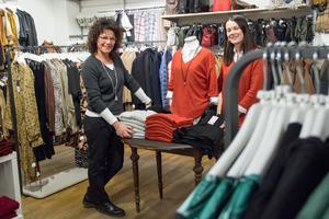 Tina Hammarberg och Linnea Strand möter kunderna hos Sandegårds i Sandviken.