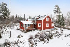 Lantligt belägen villa med öppna vyer i Dala-Husby. Foto: Länsförsäkringar Fastighetsförmedling Avesta