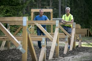Hindren är byggda i lärkträ som är underhållsfritt och står emot röta, dessutom miljövänligt. Roger Lundin och Ulf Andersson på Borlänge kommuns fritidsförvaltning vid ett av klätterhindren.