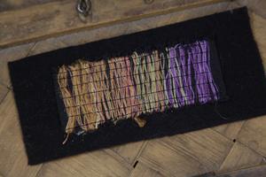 Så här ser ett prov ut när Gunilla Ellis beskriver färgerna på ett bårtäcke.