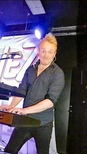 Mattias Bruhn har genom åren spelat med en rad olika dansband och coverband både på heltid och deltid. Foto: Privat