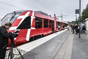 Ett av Inlandsbanans nya tåg finns redan på plats i Sverige men det är inte anpassat för längre persontransporter. De övriga fyra tågen väntas bli klara under nästa år.