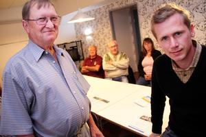 Ledande SD:are inför valet 2014 tillsammans med distriktsordföranden Roger Hedlund:  Jan-Ola Hall, I bakgrunden Valter Lööv, Sven-Olof Nord och Solveig Wiberg.