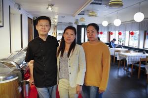 Nye ägaren Jie Yan tillsammans med anställda Yu Holm och vännen Yan Dong.
