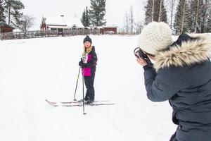 Mamma Sandra Passla förevigade dottern Elsa Passla som firade sin åttaårsdag i längdspåret.