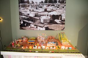 Så här såg det ut när Björkmans tivoli besökte Hudiksvall. Modellen visar ett antal modeller av olika karuseller. Några av dem fanns på Björkmans tivoli.