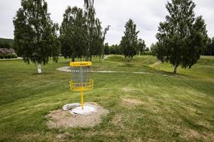 Discgolfbanan utgör nio par tre banor och Mats Engström klassar den som medelsvår.