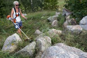 Cathrine Palmcrantz tar stenar hemifrån Renshammar för att bygga en amfiteater på Kilbergsskolans skolgård.