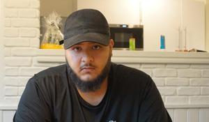 Basil Khamis är 22 år gammal.