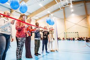 Kommunalrådet Therese Kärngard (S) klippte bandet tillsammans med elever från Svenstaviks skola.