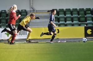 Jenny Nordenberg rundar Linn Persson i Hudikmålet och skickar in 2–0.