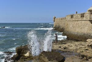 Vågorna slår upp utanför havsfortet San Sebastian i Cádiz.   Foto: Anders Pihl