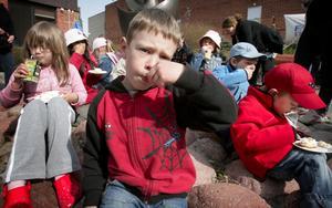 Mumsade. Barnen, Samuel Danielsson närmast kameran, tyckte det var jättegott med mulletårta när Friluftfrämjandet bjöd in till 50-årskalas.
