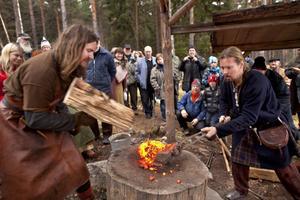 Richard Schill lägger upp järnklumpen och Johan Säfström lossar den försiktigt.