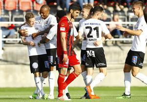 1–0 för Örebro och målskytt är förre Östersundsspelaren Johan Bertilsson. Han gratuleras av Carlos Strandberg. Foto: TT/Per Danielsson