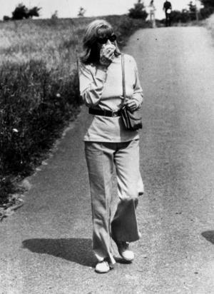 En skygg Garbo döljer sitt ansikte för fotografen. Foto: Pressens Bild.