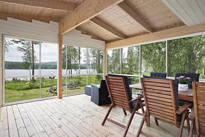Fritidshus med egen brygga i sjön Molnbyggen. Foto: Diakrit/Eric Böwes