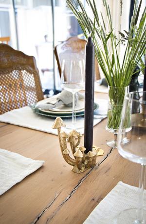 Söt svampljusstake pryder bordet.