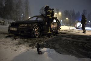 En flaska med okänt innehåll hittades intill den utbrunna bilen.
