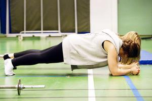 """Idrottsprofessorn säger: FEL!– """"Plankan"""" är dålig styrketräning för man rör sig inte, det är en begränsad dynamisk situation.På bilden Polina Björk och Lousie Lundblad."""