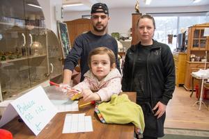 Sanna och Baiar Wikstrand, här med dottern Lavin, fick ofta frågan av loppiskunderna om det fanns fika. Svaret är nu