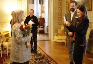 Vinnaren Ulrika Lundgren, som är chef för folkhälsoförvaltningen i Karlskoga och Degerfors, blir förevigad av Klara Bolinder, som är sakkunnig inom jämställdhet vid Länsstyrelsen.