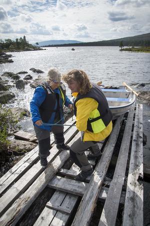 Kerstin Holmström och Lotta Bagger kämpar med båten vid det korta båtdraget mellan Hävlingen och Klacken för nya fiskeutmaningar. Foto: Mikael Forslund