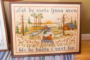 Var tid har sin väggbonad. Det här är ett exempel på ett lite modernare alster broderad med korsstygn, texten är från en känd melodi och broderiet är inramat.