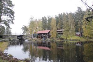 Snösågen ligger vackert vid dammen vid utloppet av Storsjön.