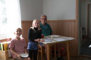 Lars Nilbrink är en av kaféets volontärer, som denna dag får sällskap av hjälparna Eira, 9 år, och Sixten, 8 år.